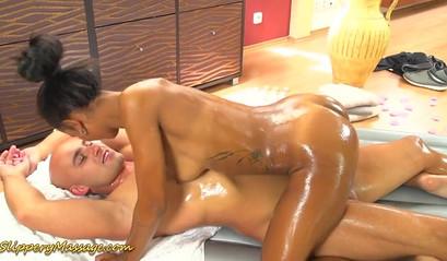 Стройная блондинка трахается с молодым мастером в попу на сеансе массажа - секс порно видео