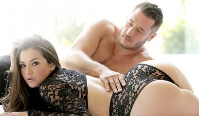 Красивая молодая девушка трахается с любимым парнем