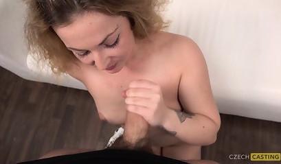 Блондинка с большой попкой смазала себя маслом и занялась страстным сексом